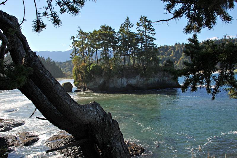 Bild 11 Kleine Felseninseln werden vom Meer umspült, ob man da wohl drauf kann