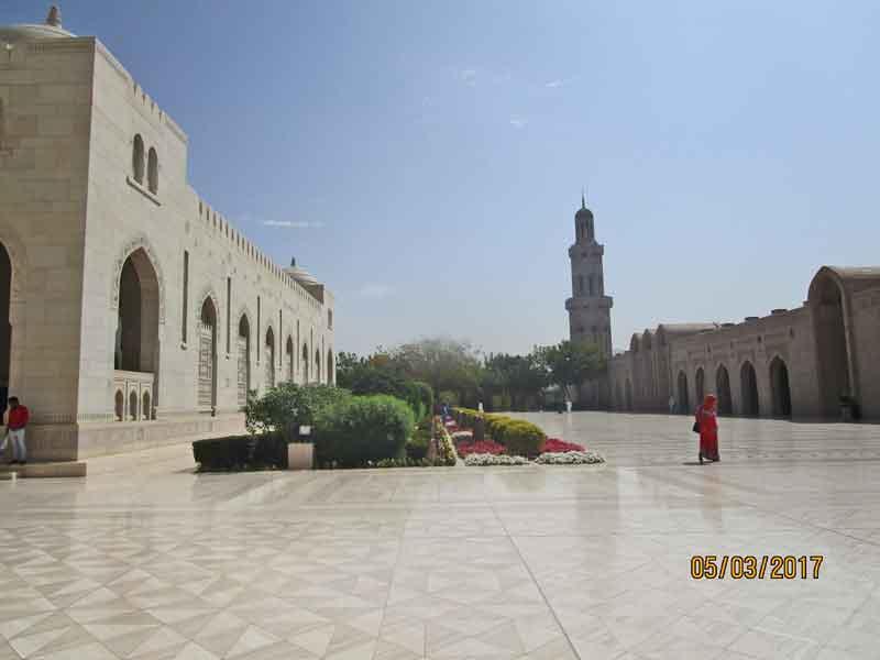 Bild 1 Vor der Sultan Qaboos Moschee