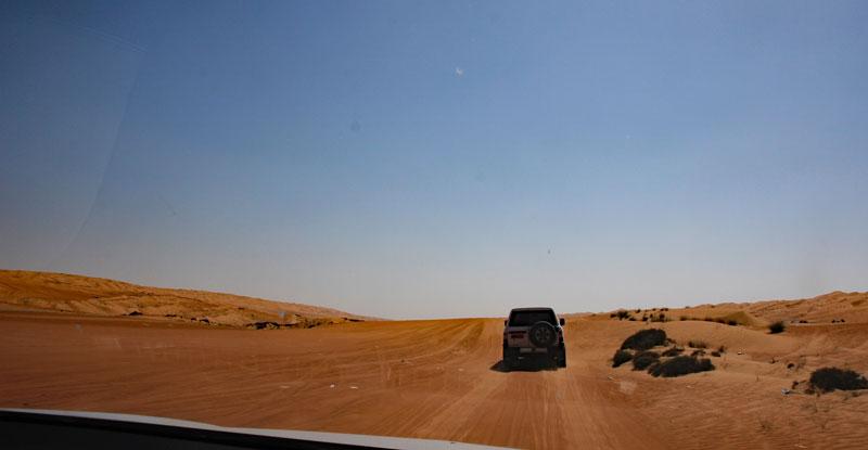 Bild 2 Hinter unserem Guide durch die Wahiba Wüste