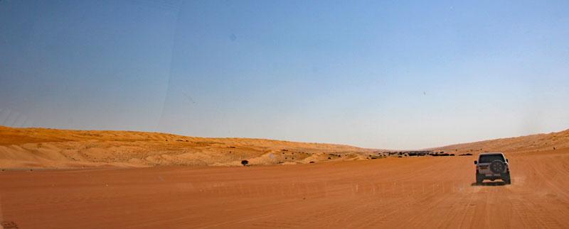 Bild 3 Hinter unserem Guide durch die Wahiba Wüste