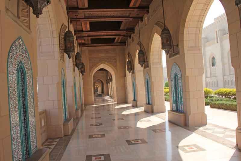 Bild 2 Vor der Sultan Qaboos Moschee