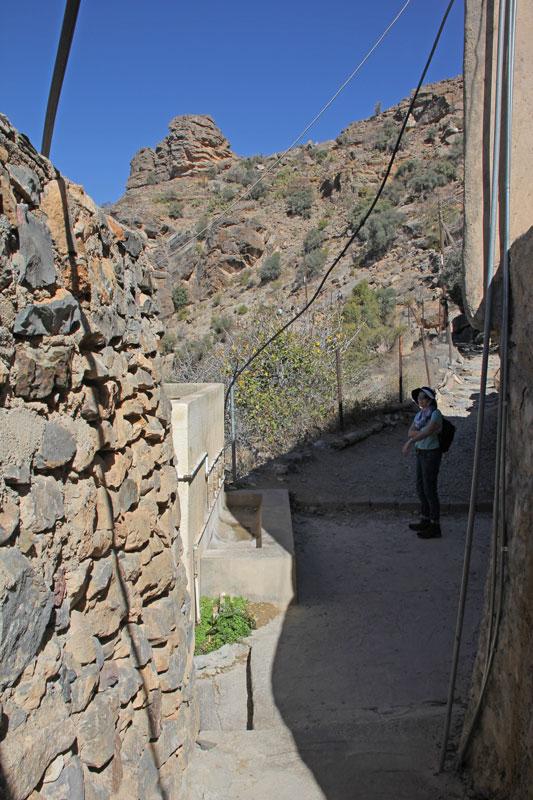 Bild 6 Der Weg führt zuerst durch den kleinen Ort (5-6 Häuser) Al Aqur