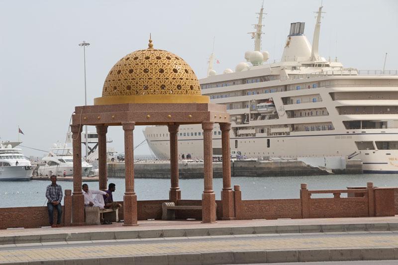 Blick auf den Hafen von Muthrah