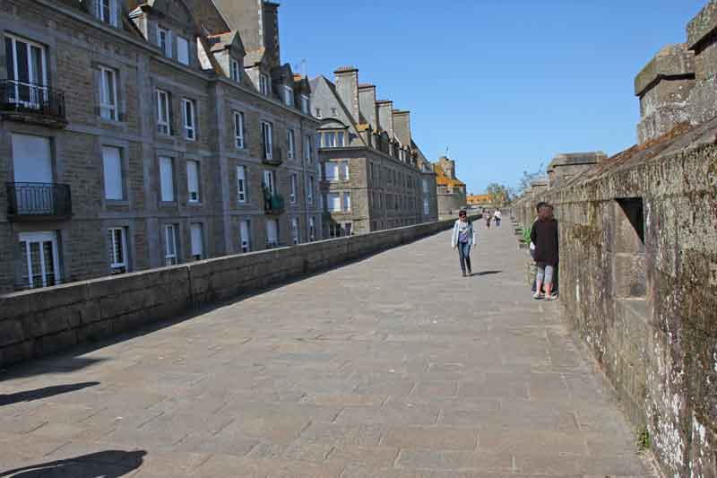 Bild 35 Rundweg um die Altstadt von St. Malo auf der Stadtmauer