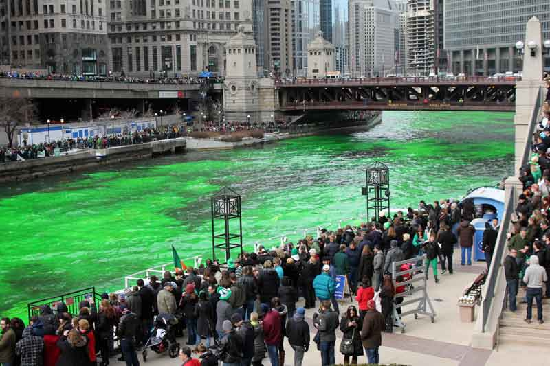 Bild 6 Der Chicago River wird grün gefärbt am St. Patricks day