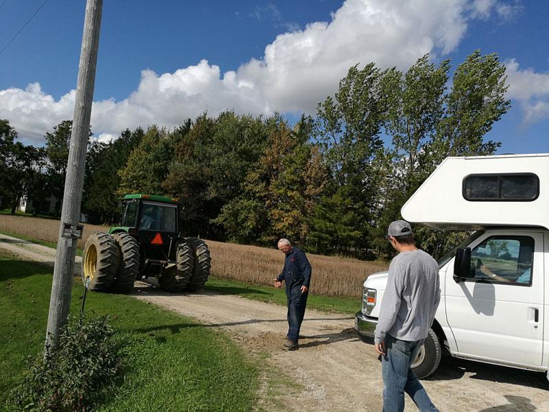 Bild 8 Ein Traktor zieht uns aus dem Graben