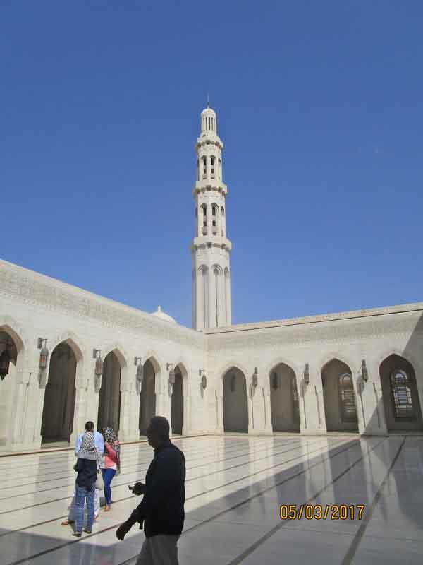 Bild 4 Vor der Sultan Qaboos Moschee