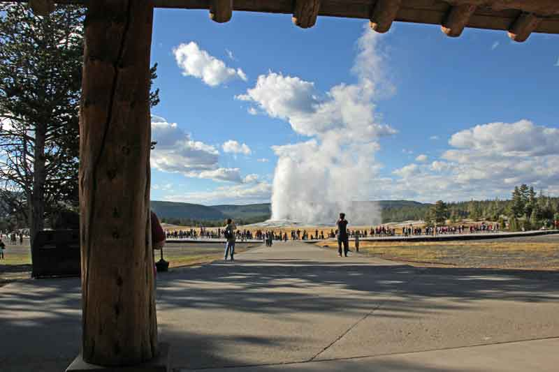"Bild 26 Blick auf ""Old faithful"" vom Visitor Center"
