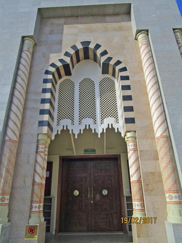 Vor der Moschee
