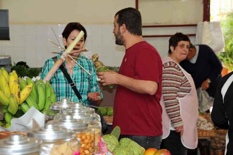 Bild 25 Margit verhandelt den Preis für köstliche Maracujas