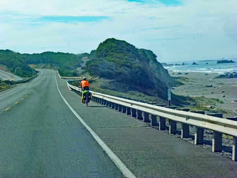 Bild 6 Ein Radfahrer der eventuell von Kanada aus nach Süden fährt auf dem Highway No.1