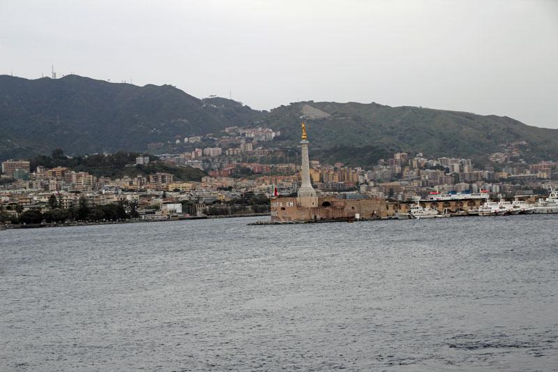 Blick auf den Hafen von Messina