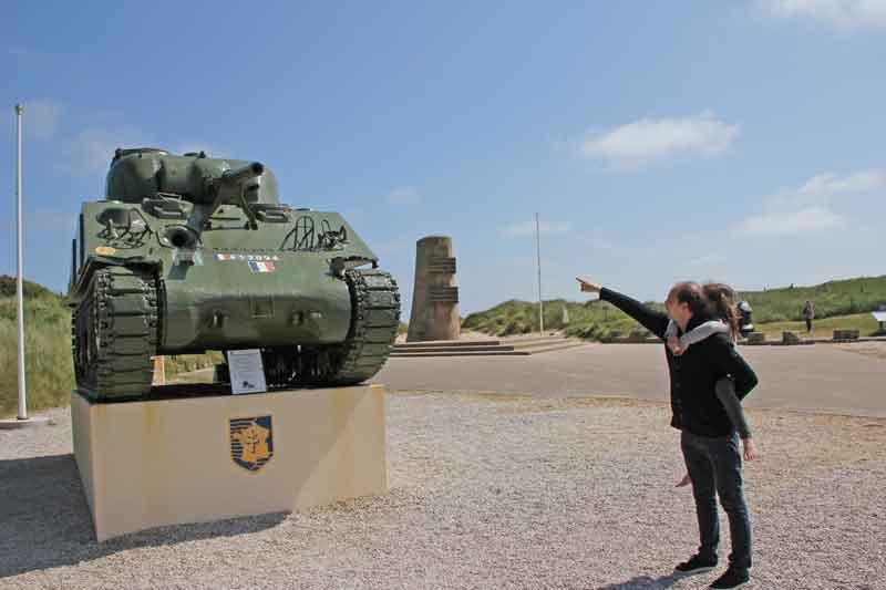 Bild 4 Panzer am Kriegsmonument in Saint-Martin-de-Varreville