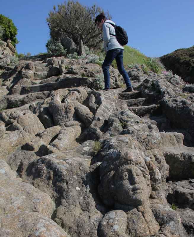 """Bild 48 An der Felsenküste von St. Malo, Ausstellung """"The sclptered Rocks"""""""