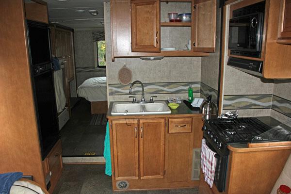 Bild 25 Blick auf die Küche im Wohnmobil