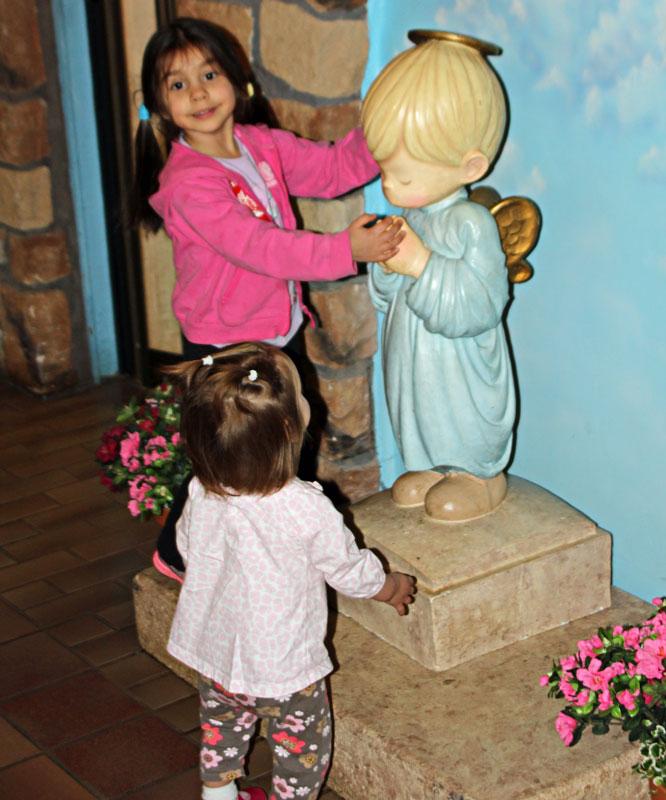 """Bild 16 Kinder lieben diese Figuren im Visitor Center """"Precious Moments"""""""