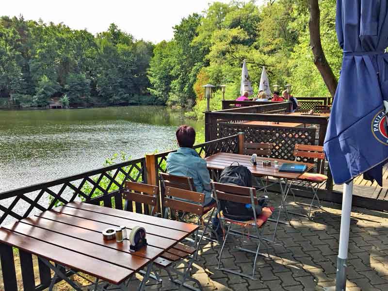 """Bild 9 Im Außenbereich des Restaurants """"Zum grünen See Eck"""