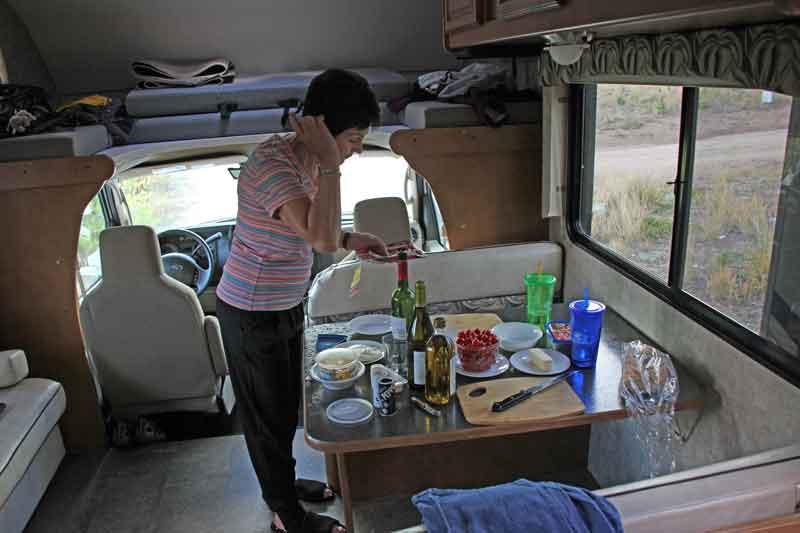 Bild 24 Abendessen im Wohnmobil