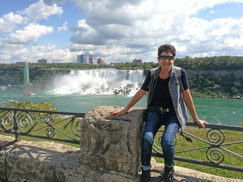 Bild 8 Margit vor dem USA Teil der Niagara Fälle