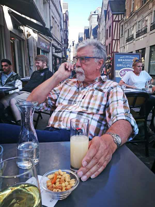 Bild 7 im J.M´s Cafe in Rouen, mitten im Trubel
