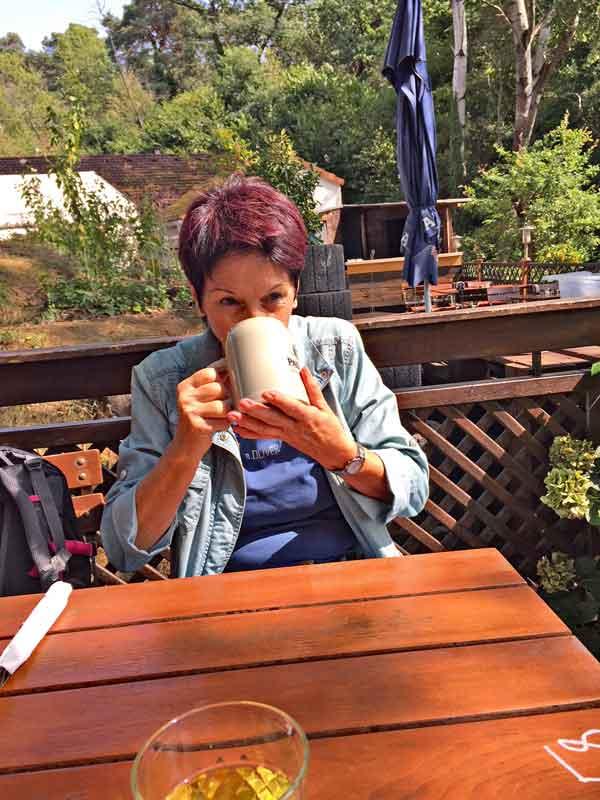 """Bild 10 Margit trinkt Dunkelbier im Restaurant """"Zum grünen See Eck"""