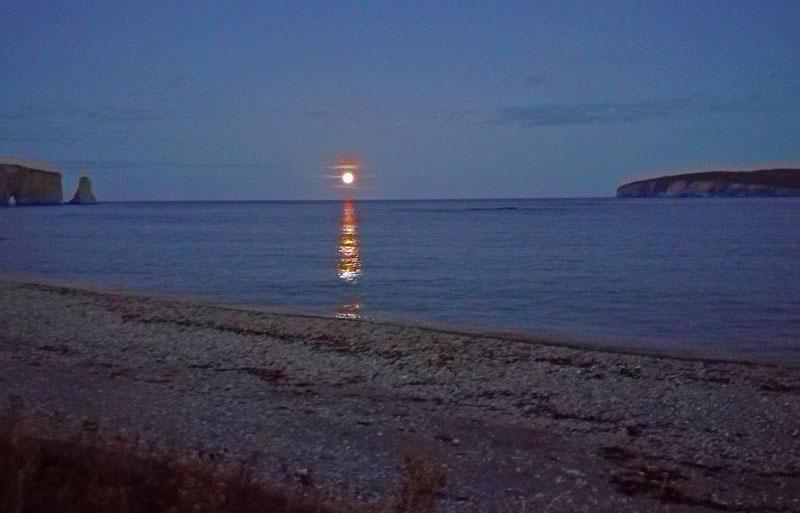 Bild 16 Der Mond steigt langsam aus dem Meer