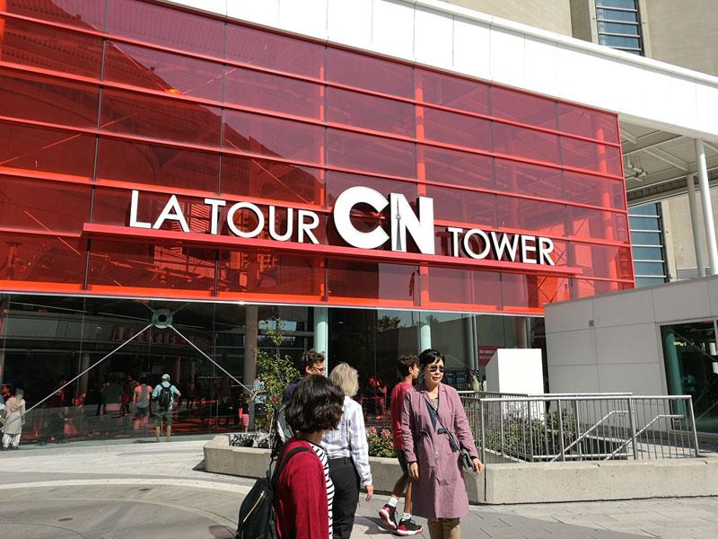 Bild 44 Vor dem CN Tower