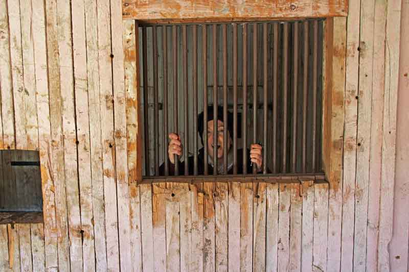 """Bild 7 Besichtigung des alten Bergbauortes """"South Pass City"""" meine Frau hinter Gittern"""