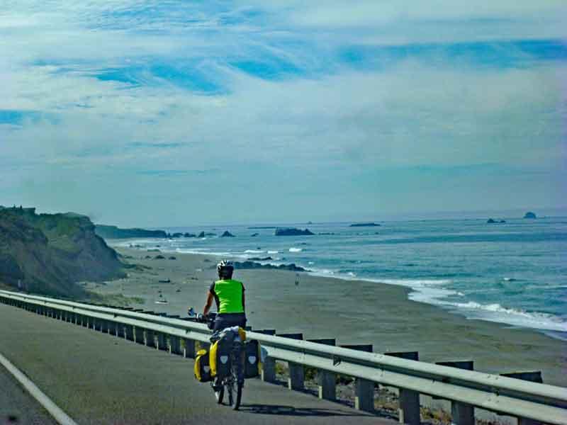 Bild 7 Ein Radfahrer der eventuell von Kanada aus nach Süden fährt auf dem Highway No.1