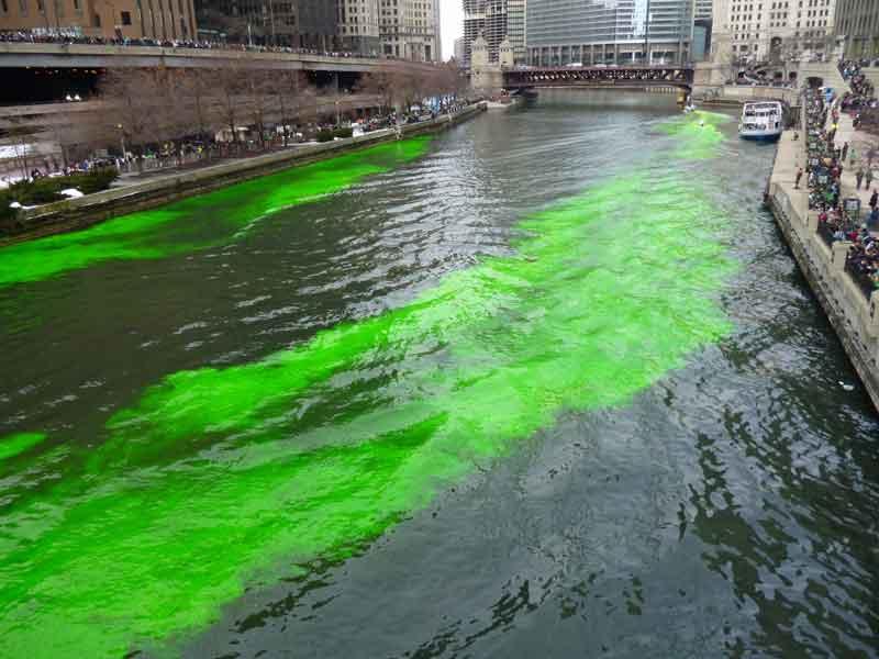 Bild 7 Der Chicago River wird grün gefärbt am St. Patricks day