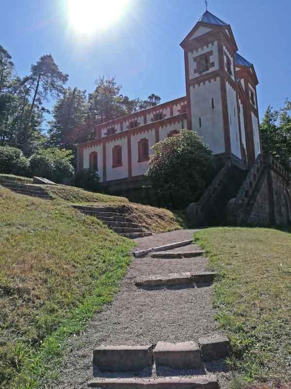 Bild 8 An der Gruftkapelle St. Maria in Mespelbrunn