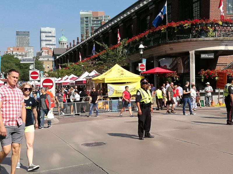 Bild 23 Vor dem St Lawrence Market