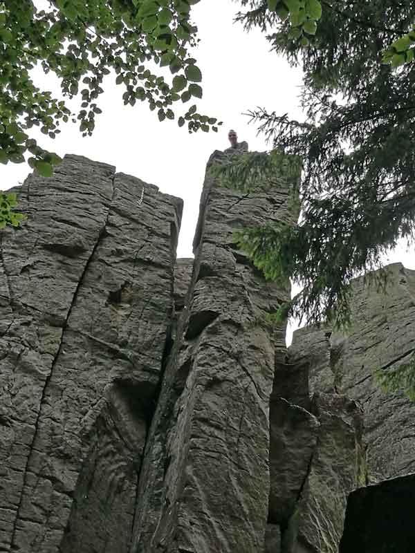 Bild 5 Daniel erklimmt die Felswand