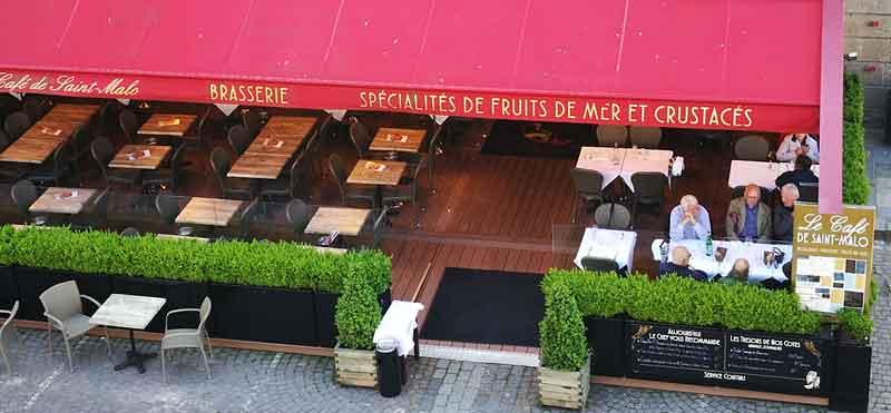 Bild 31 In St. Malo an der Stadtmauer, Blick auf das Restaurant in dem wir gegessen haben