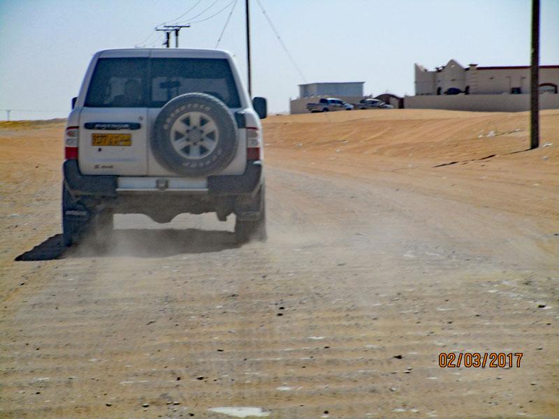 Bild 1 Hinter unserem Guide durch die Wahiba Wüste