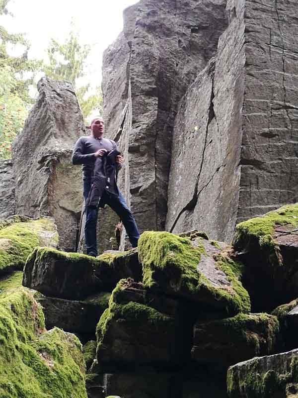Bild 6 Daniel erklimmt die Felswand
