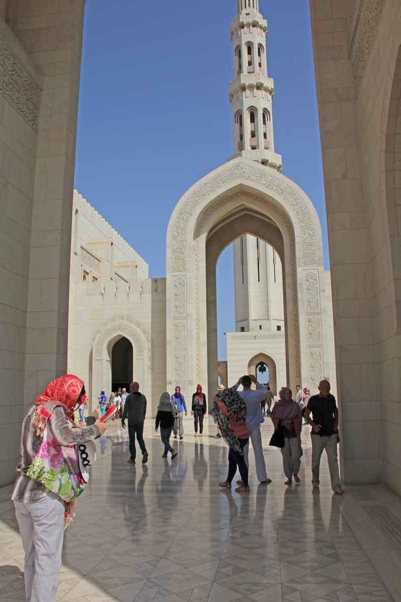 Bild 5 Vor der Sultan Qaboos Moschee