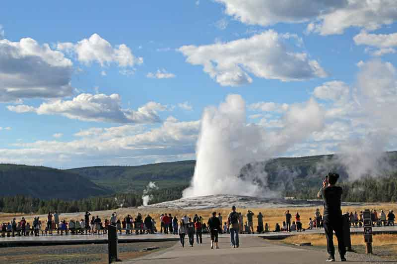 "Bild 28 Blick auf ""Old faithful"" vom Visitor Center"