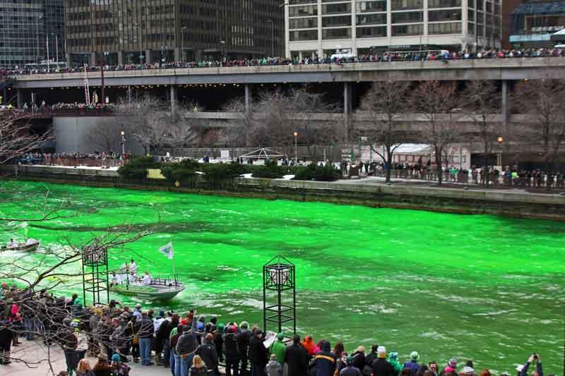 Bild 5 Der Chicago River wird grün gefärbt am St. Patricks day
