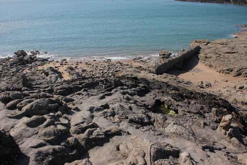 """Bild 47 An der Felsenküste von St. Malo, Ausstellung """"The sclptered Rocks"""""""