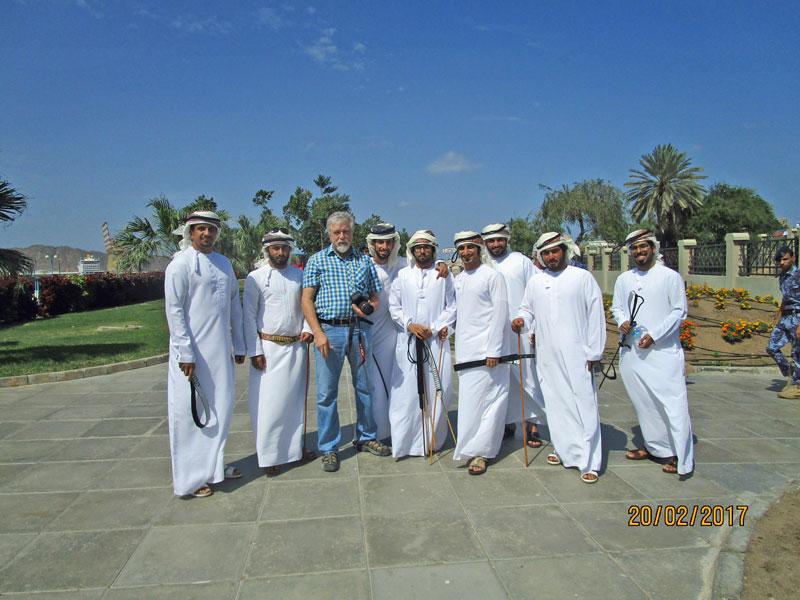 In einer Gruppe mit jengen Omanis