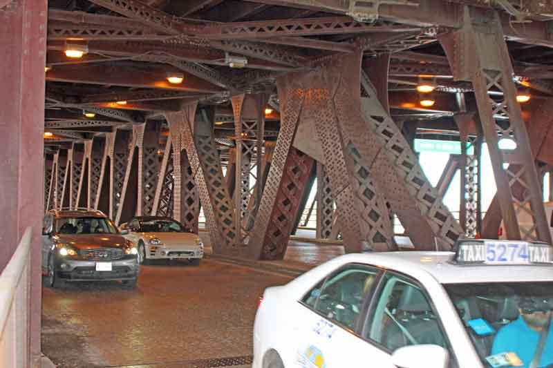 Bild 28 Stahlkonstruktion einer Brücke am Ufer des Michigan Sees