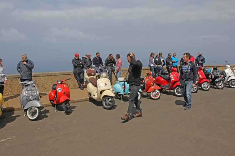 Bild 13 Vespa Gruppe am Leutturm von Ponta do Pargo