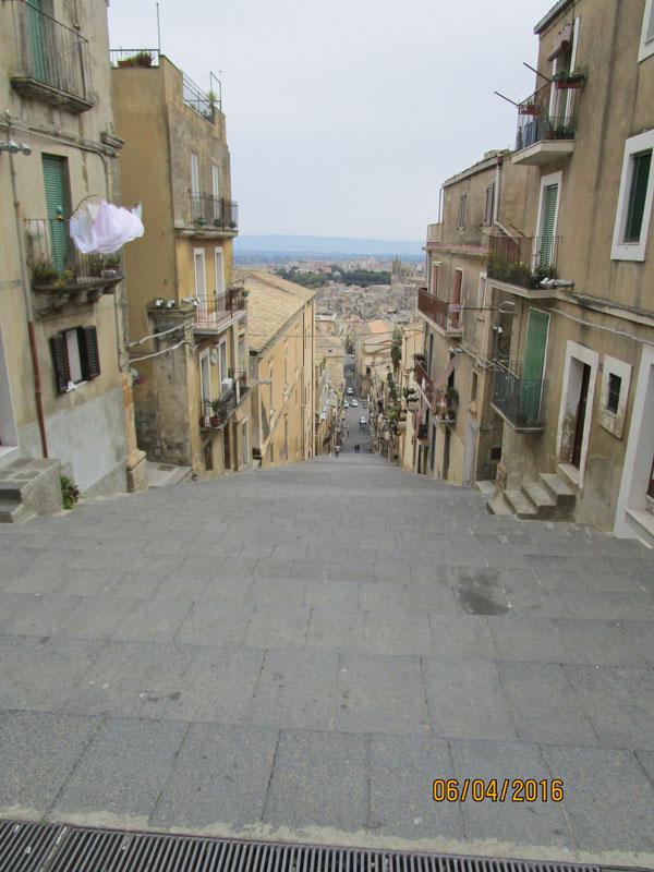 Blick auf die berühmte Treppe in Caltagirone