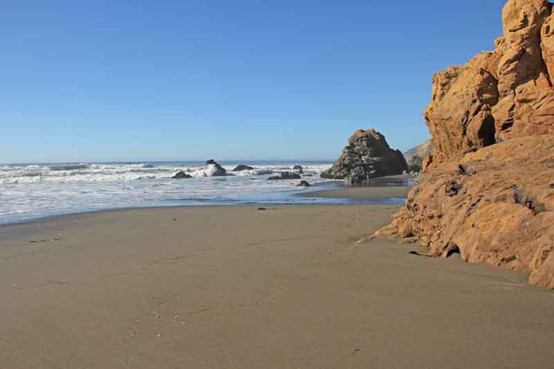 Bild 31 Zwischen den Felsen am Strand