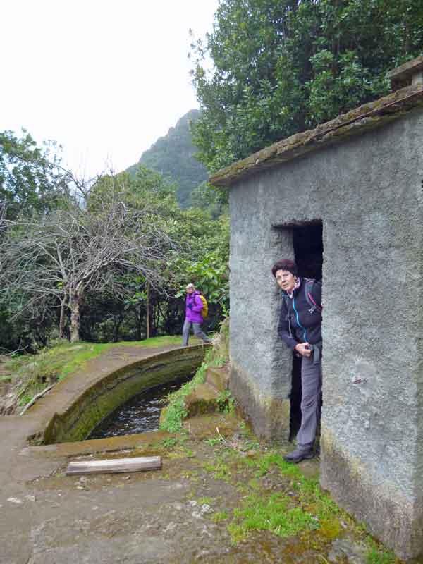 Bild 17 An einem Levadahäuschen, unterwegs auf der Levada da Ribeira