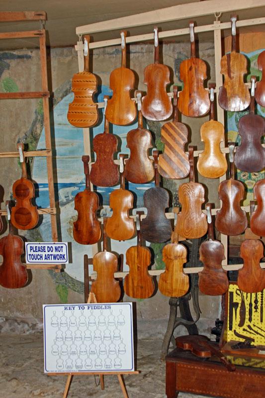Bild 12 Geigenausstellung im kleinen Museum