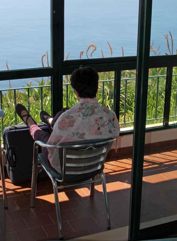 """Bild 6 Margit genießt die Aussicht aus dem kleinen Wintergarten in unserem Bungalow im Hotel """"Jardim Atlantico"""""""