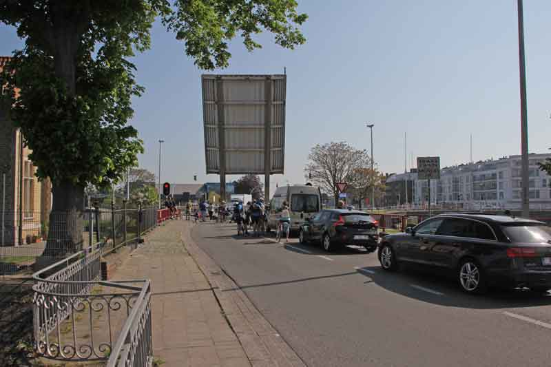 Bild 19 Warten auf Klappbrücke in Brügge