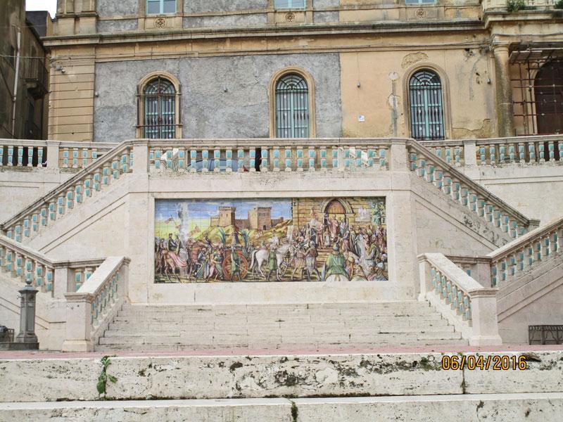 Am oberen Ende der berühmten Treppe in Caltagirone